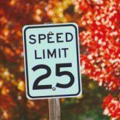 Geschwindigkeitsbegrenzer könnten bald in allen Fahrzeugen Vorschrift sein